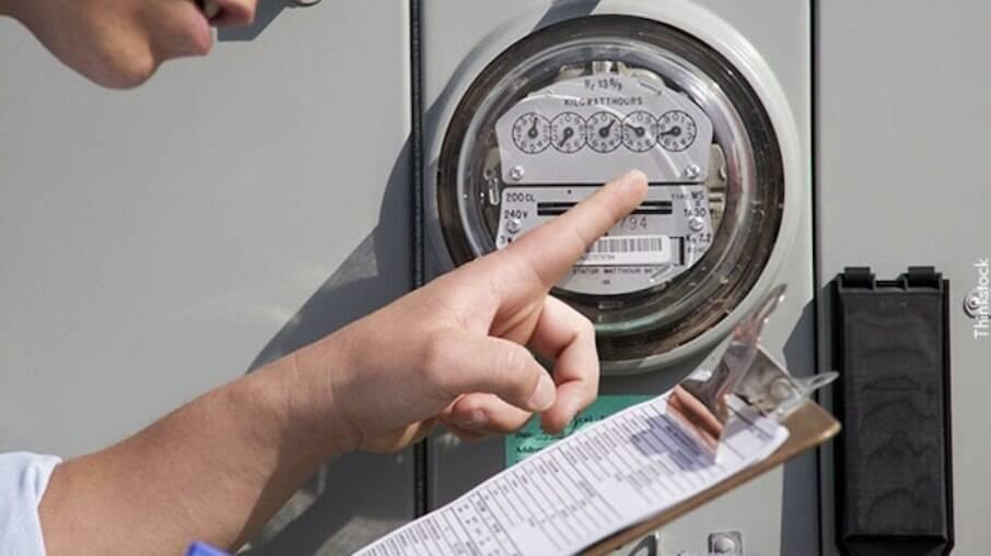 É através da leitura dos medidores que as distribuA cor vermelha patamar 2 cobra R$ 6,24 a mais a cada 100 quilowatts/hora consumidosidoras registram o consumo e geram as contas de luz que são enviadas às casas e empresas