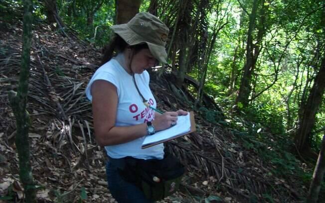 Professora Denise Braz coletando observações de campo