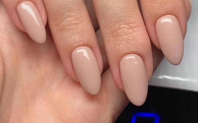 As unhas amendoadas também podem ser clássicas e elegantes com um esmalte nude
