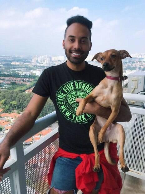 homem com cachorra no colo