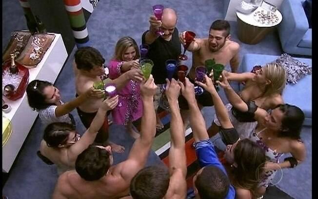 Brother brindam com champagne o início do jogo