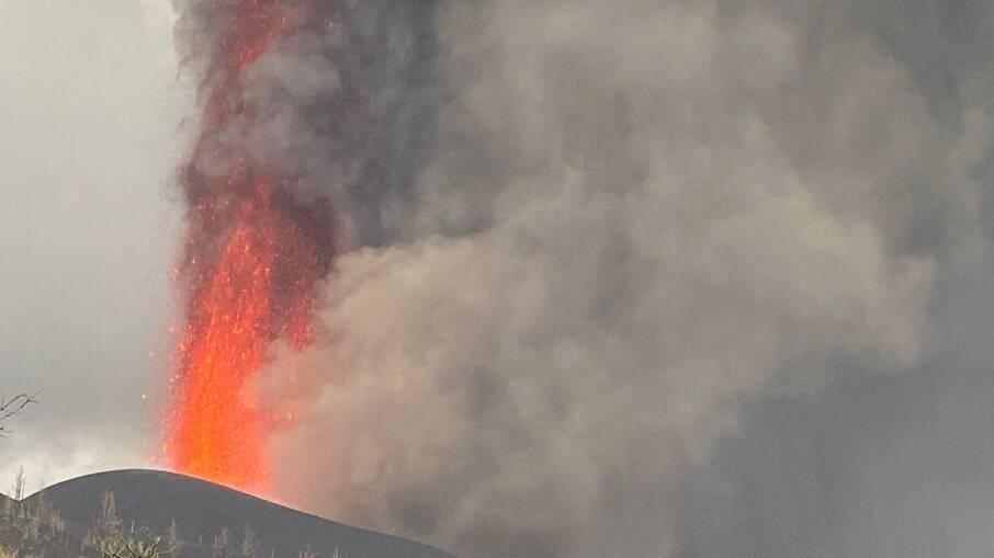 Vulcão Cumbre Vieja volta a entrar em erupção nas Ilhas Canárias