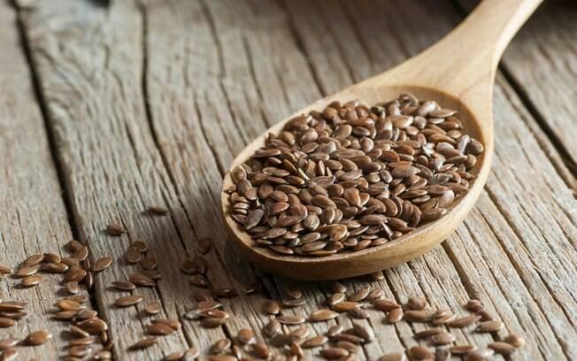 A linhaça é rica em ômega 3 e fibras, além de ajudar a ter hormônios regulados, sendo uma boa opção contra inflamações