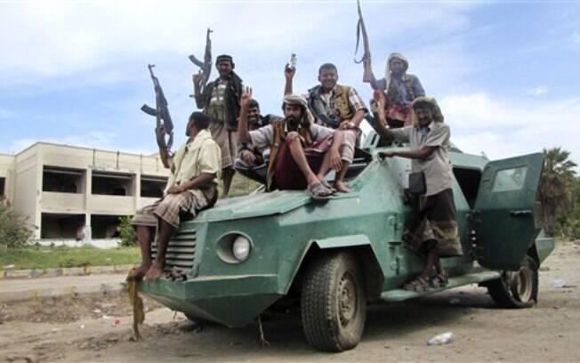 Milicianos leais ao presidente Abed Rabbo Mansour Hadi em um veículo do exército no Iêmen