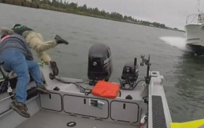 Poucos segundos antes de uma lancha em alta velocidade atingir um barco, os ocupantes destes se jogaram no rio