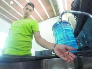 Sem trégua. Matheus Rodrigues reclama que ficou sem água por 48 horas, mas que desde o fim de semana a água é pouca na torneira