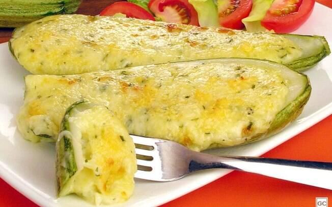 Abobrinha recheada aos 3 queijos: irresistível e prática