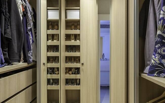 No caso do closet de casal, é preciso identificar a quantidade de peças e itens que cada um tem para organizar