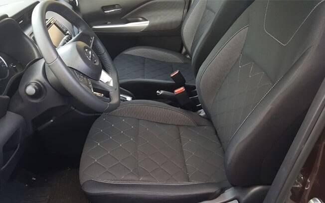 Sem bancos de couro, o Kicks SV vem com assentos de tecido bem confortáveis e de desenho bem agradável aos olhos