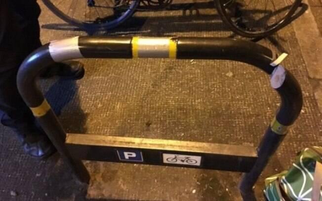 O suporte (rack) público de bicicleta foi serrado e depois coberto com fita adesiva para esconder o corte