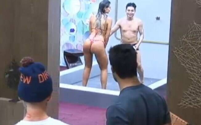 Andressa Urach rebola e mostra tatuagem no bumbum