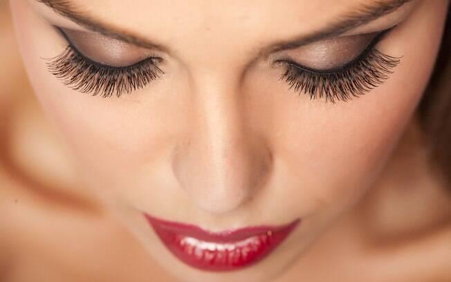 A extensão de cílios é uma técnica indicada para quem quer destacar o olhar sem precisar de rímel ou cílios postiços