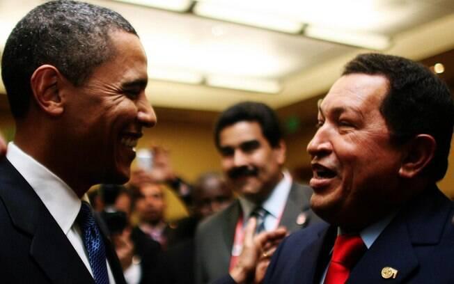 Em abril de 2009, na Cúpula das Américas, Obama troca um breve cumprimento com Chávez