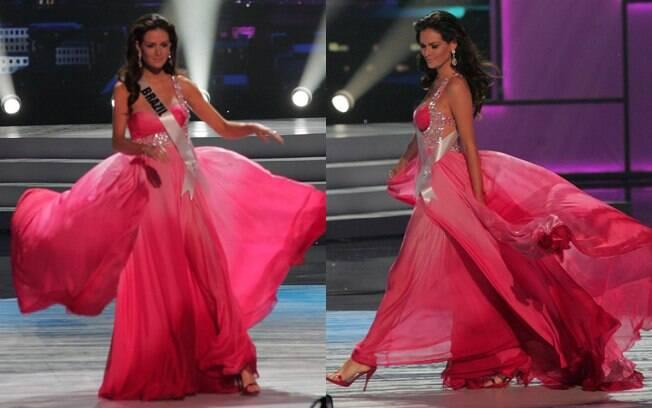 Com um vestido rosa, Priscila Machado desfilou com traje de gala