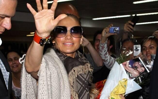 Jennifer Lopez desembarca em São Paulo em meio a uma multidão de fãs