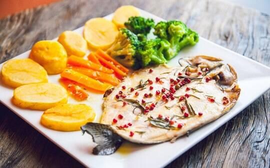 Peixe à moda mediterrânea é opção leve e saudável para os dias quentes - Home - iG