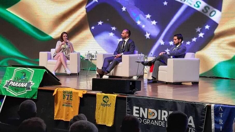 Eduardo Bolsonaro, que organiza o encontro conservador, media debate durante o evento