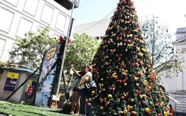 Rua 13 de Maio ganha árvores de Natal gigantes e neve artificial