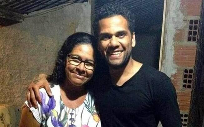 Daniel Alves com sua tia, Marlúcia Francisca Ribeiro Capistana