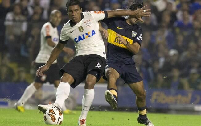 Paulinho protege a bola no duelo entre  Corinthians e Boca Juniors na Bombonera