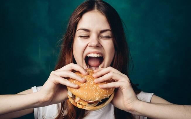 Hambúrguer industrializado pode até facilitar nossa vida, mas não contribui para uma alimentação saudável, este é o problema