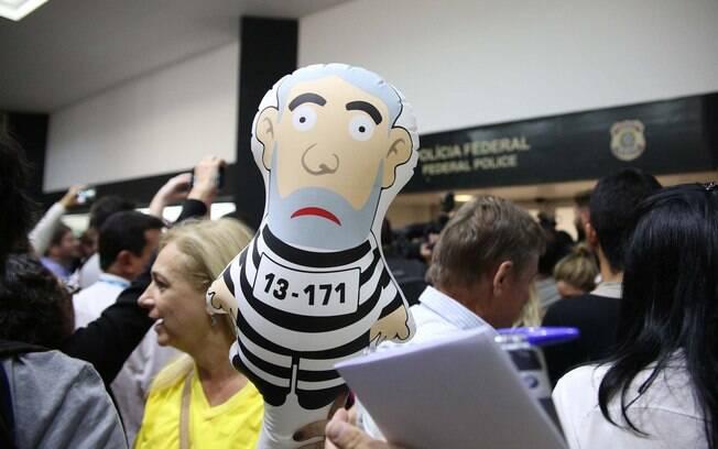 No aeroporto de Congonhas também houve protesto e tumulto contra Lula. Manifestantes levaram o Pixuleco, boneco de Lula com roupa de presidiário e bola de chumbo no pé . Foto: Renato S. Cerqueira/Futura Press - 4.3.16