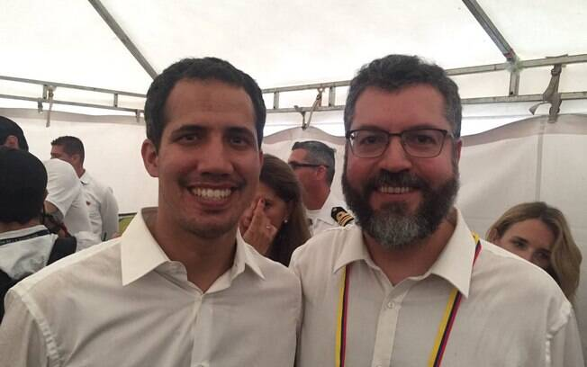 Autodeclarado presidente encarregado Juan Guaidó com o ministro brasileiro Ernesto Araújo