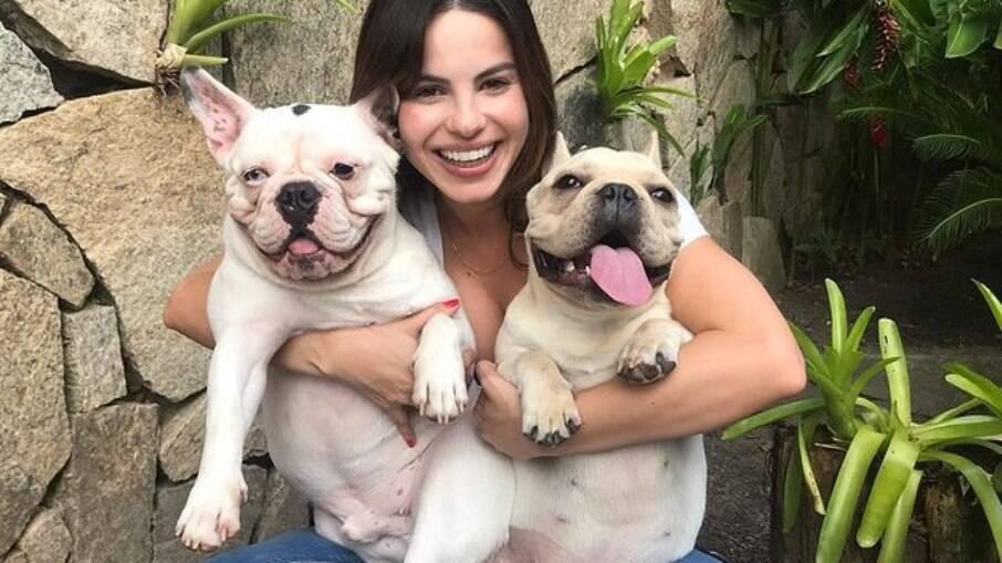 Para Sthefany brito seus cãezinhos são parte fundamental da família
