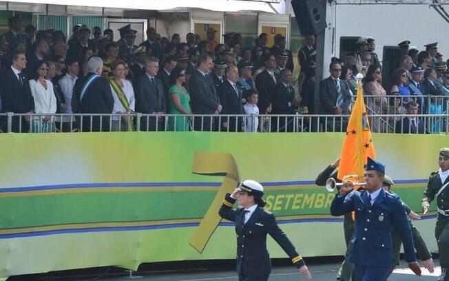 Dilma ao lado do governador do Distrito Federal, Rodrigo Rollemberg (PSB), no palanque de autoridades. Foto: Valter Campanato/Agência Brasil - 7.9.15