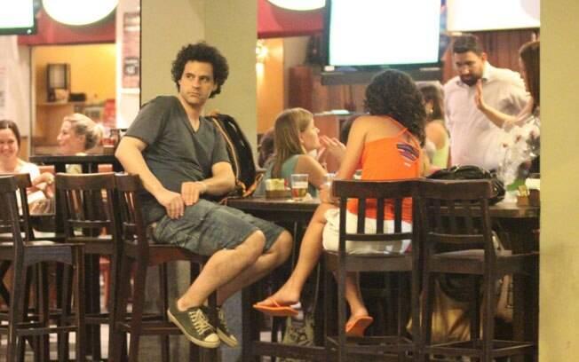 Bruno Garcia curte barzinho ao lado de amiga nessa quarta-feira (08)