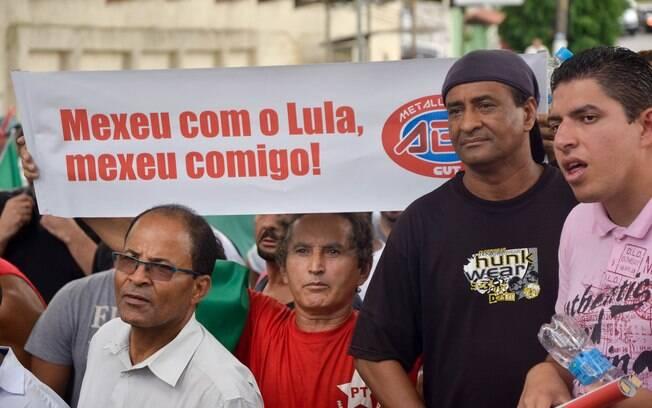 Manifestantes a favor de Lula esperaram o ex-presidente em frente à sua casa. Foto: RAFAEL BELZUNCES/FRAMEPHOTO/ESTADÃO CONTEÚDO - 04.03.16