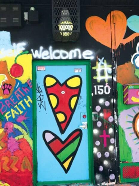 grafite Logo na porta de entrada do ateliê%2C a assinatura gráfica de Romero Britto%2C com seus corações coloridos