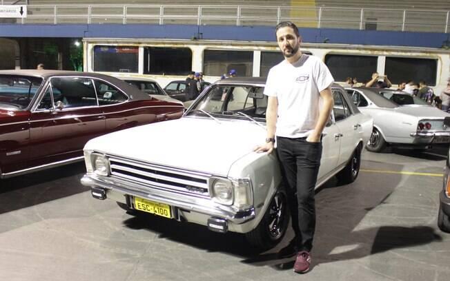 Márcio posa ao lado de seu Chevrolet Opala 1975. Este também é o primeiro encontro do seu filho, de apenas três meses