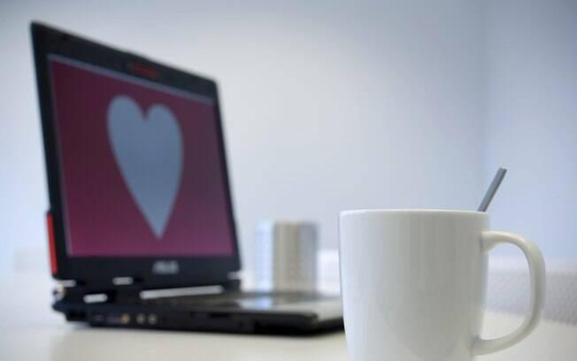 Casais que se conheceram online foram ligeiramente mais felizes em seus casamentos, segundo estudo