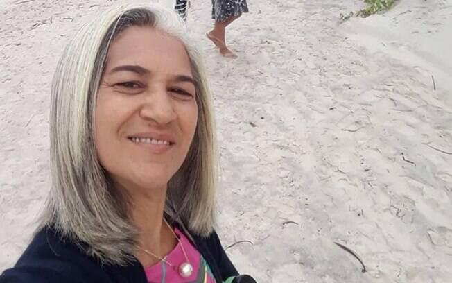 Katia Silene Pereira Santos está feliz com os cabelos brancos e é mais uma mulher inspiradora na lista