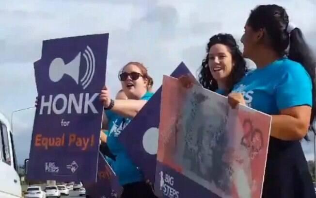 Na Austrália, manifestantes pedem que motoristas buzinem em nome da igualdade salarial entre homens e mulheres