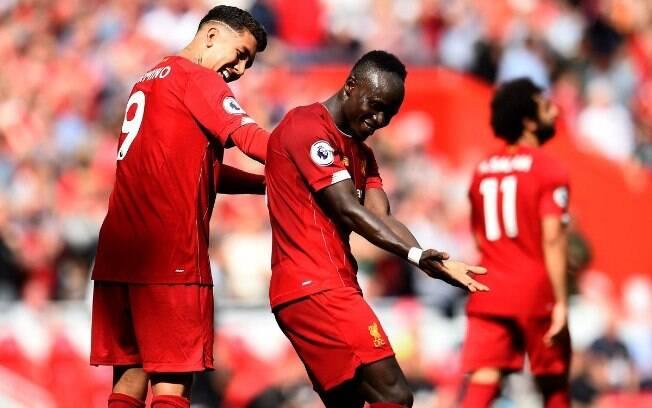 Firmino e Mané celebram gol do Liverpool