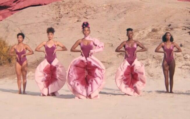 A cantora Janelle Monáe apareceu usando a calça que parece uma vagina no clipe da música
