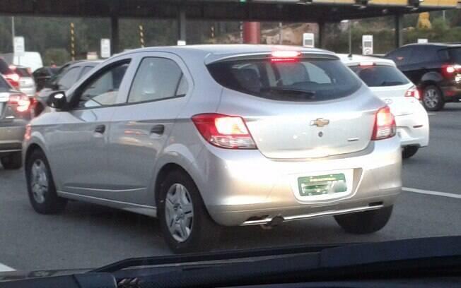 Chevrolet Onix que ficará na base da linha, com placas de testes de São Caetano do Sul, é flagrado em São Paulo