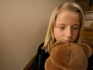 Retração, perda de apetite e explosões de temperamento são alguns dos sinais de que a criança pode estar sofrendo abuso sexual