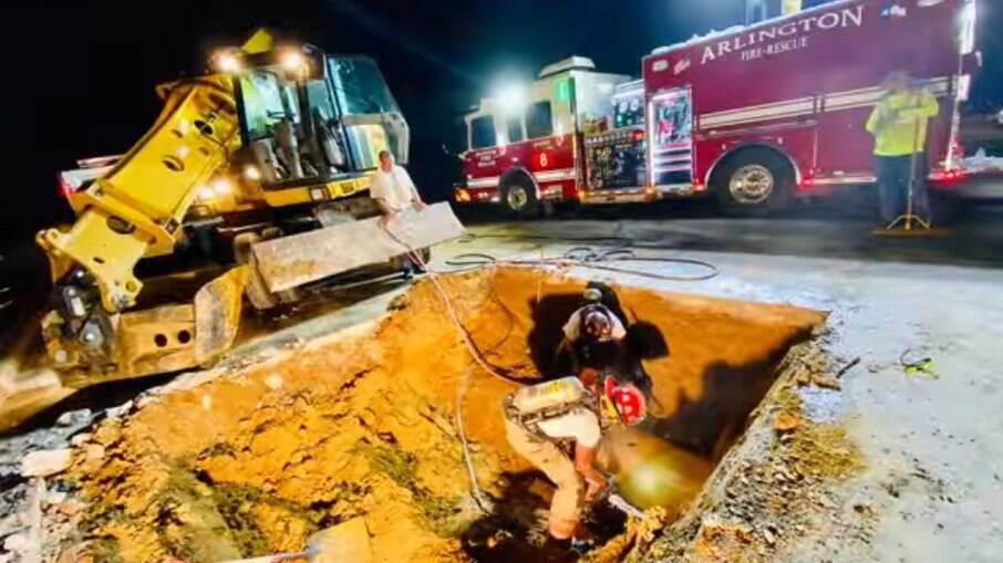 Bombeiros precisaram quebrar a rua para resgatar a cachorra Zoey