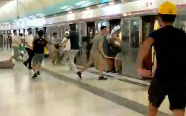 Manifestantes foram atacados por homens armados com paus e barras de metal