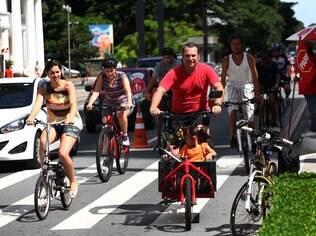 Ciclistas pedalam na avenida Paulista; ciclovia tem previsão de inauguração no meio do ano