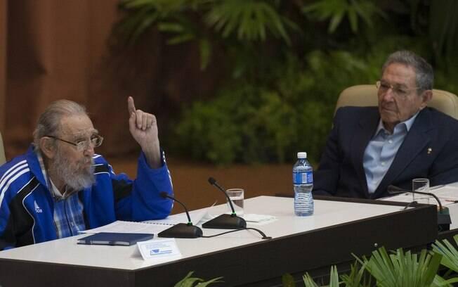 Fidel Castro e seu irmão Raúl juntos em congresso do Partido Comunista de Cuba