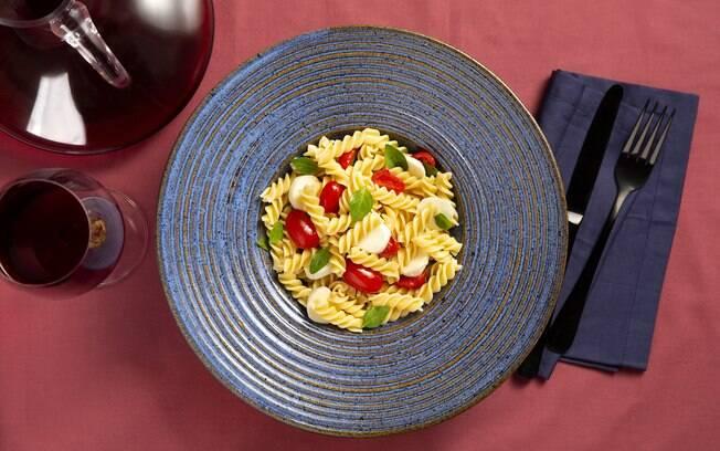 A muçarela de búfala, junto com os tomates cerejas, dão um toque especial ao prato