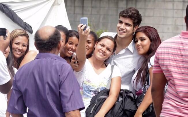 Caio Castro é assediado durante gravação da novela Fina Estampa