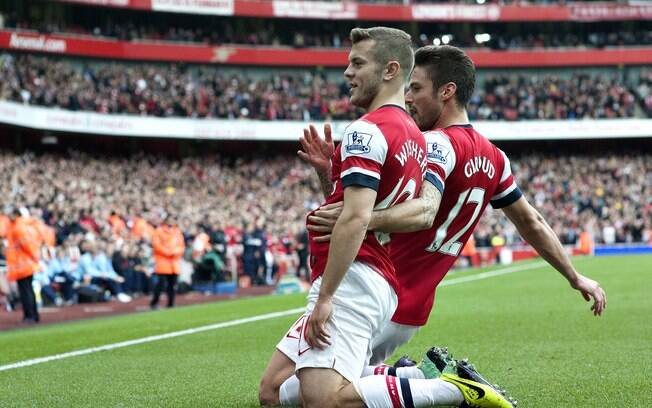 Wilshere e Giroud comemoram gol do Arsenal no Emirates Stadium