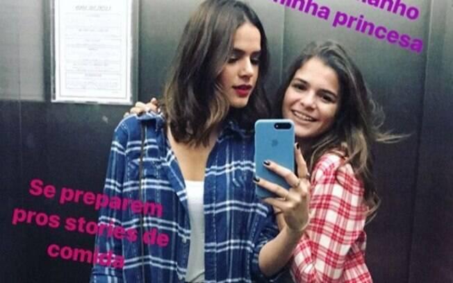 Em seu primeiro final de semana solteira, Bruna Marquezine curte festa junina com a irmã