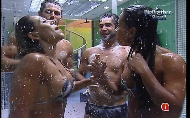 Brothers divertem-se embaixo do chuveiro