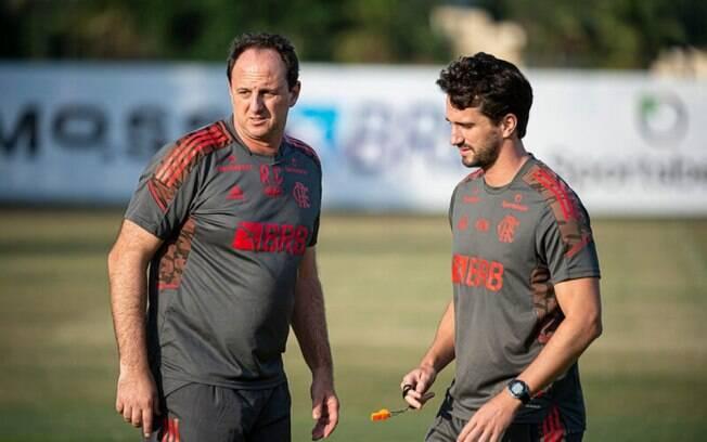 Rogério Ceni se reapresenta ao Flamengo e comanda treino no Ninho